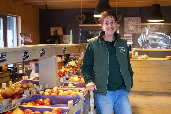 Fruitbedrijf Roks heeft al een poos als nevenactiviteit de boerderijwinkel, hier met eigenaresse Claudia Roks.