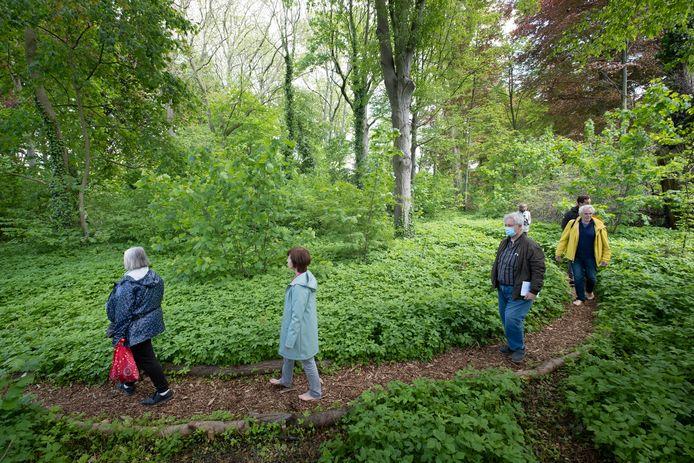 Opening van het bosbadpad in het Vrijbroekpark onder begeleiding van bosbadgids Ilse Simoens