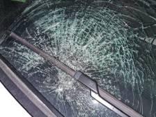 Celstraf voor Almeloër (32) die stoeptegel door voorruit auto gooide