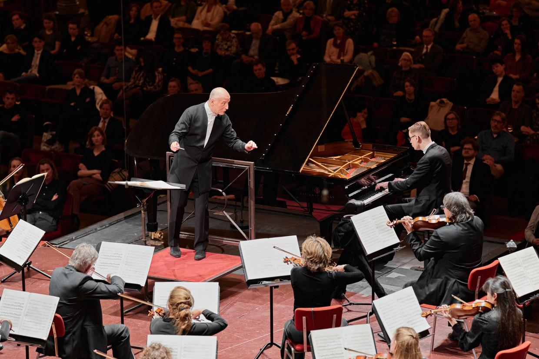 Pianist Víkingur Ólafsson debuteert bij het Concertgebouworkest onder leiding van Paavo Järvi. Beeld Milagro Elstak