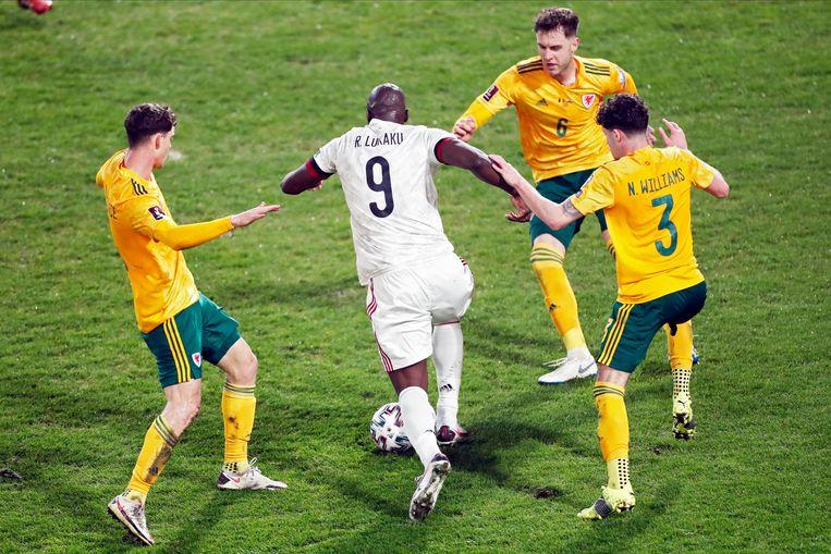 Romelu Lukaku glipt door de Welshe defensie. Beeld Photo News