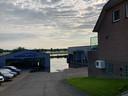 Showroom Garage De Waal in Wijk en Aalburg al in het water, de werkplaats nog net niet