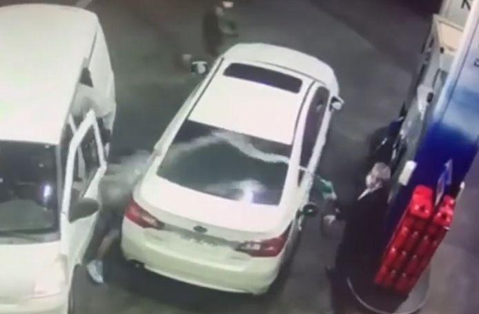 Alors qu'il était en train de faire le plein dans une station service, un homme a réussi à empêcher le vol de sa voiture en aspergeant un gang de voleurs avec de l'essence.