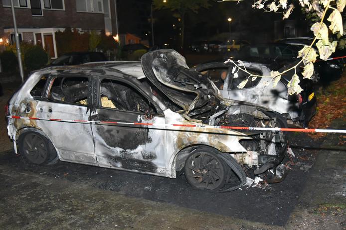 De zwaar beschadigde auto's na de autobrand in Nijmegen.