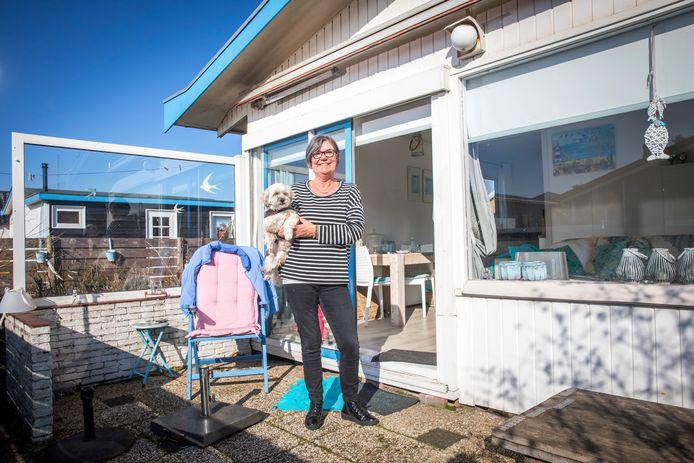Marijke Mokkenstorm geniet met hondje Karel op het recreatieoord Hoek van Holland.