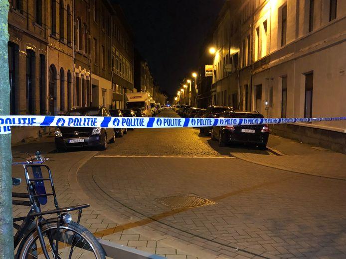 De Biekorfstraat is versperd zodat de hulpdiensten hun werk kunnen doen.