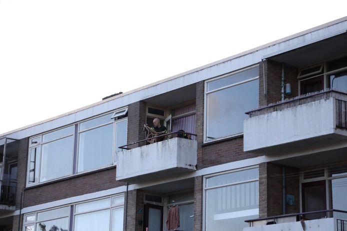 De politie in een appartementengebouw aan de Floriszsstraat in Arnhem na de melding van een schietincident.