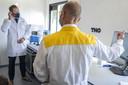 Minister Hugo de Jonge bij een nieuwe testlocatie in Amsterdam-Zuidoost. De GGD onderzoekt hier een aantal sneltestmethoden.