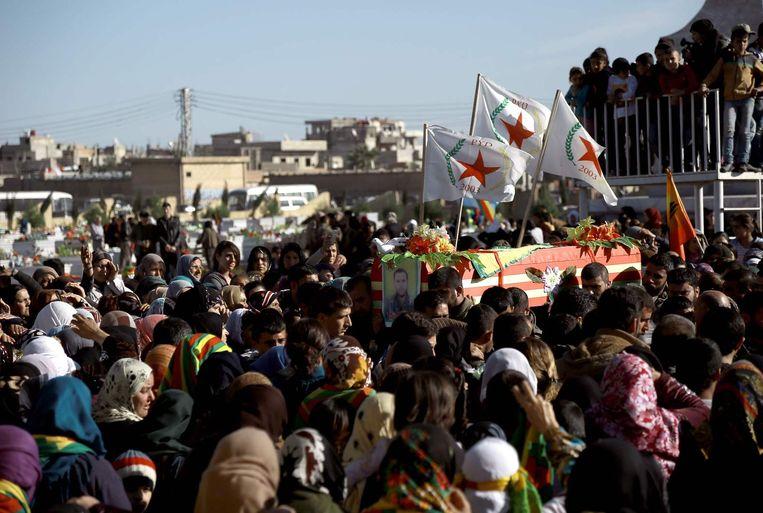 Een processie voor omgekomen Koerdische strijders in het Noord-Syrische Qamishli, vorige maand. Beeld afp