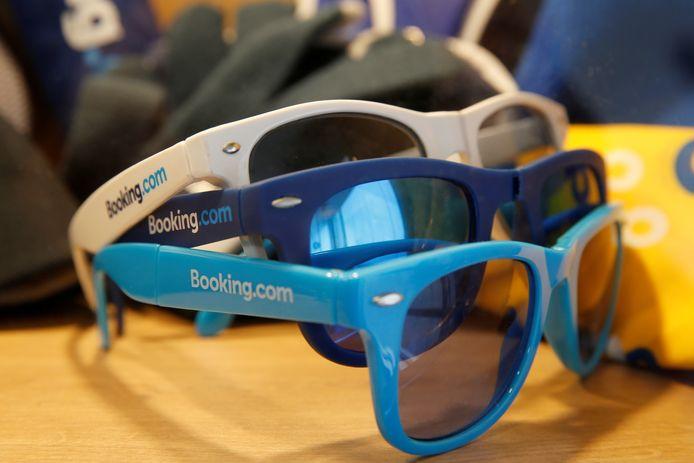 Zonnebrillen met het logo van Booking.com.