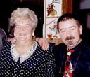 Roland met Lucy Loes. Waar nu 't Valentientje is, baatte de volkszangeres vroeger de Staminee uit.