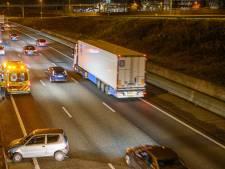 Auto en vrachtwagen botsen op elkaar op de A16 bij Prinsenbeek