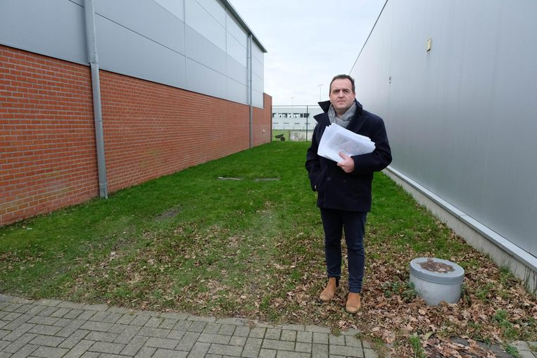 Nicolas De Backer met de petitie op de plaats waar een gsm-mast zou komen.