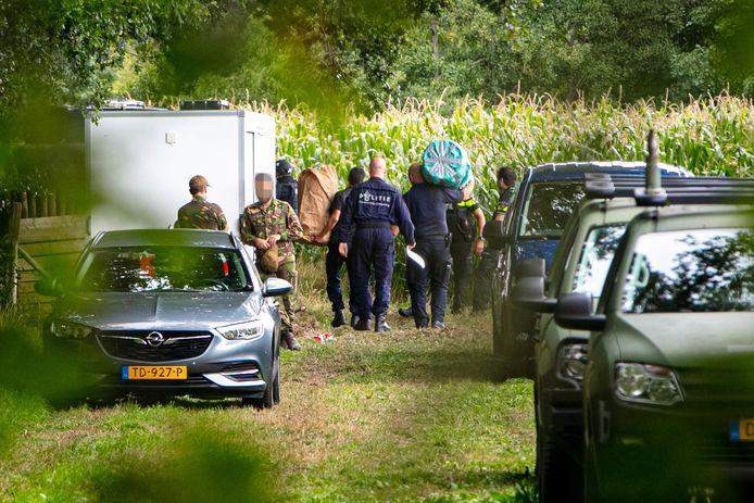 Politiemensen voeren in september vorig jaar spullen af bij het bosperceel waar onderzoek wordt gedaan naar eenwapenvondst.