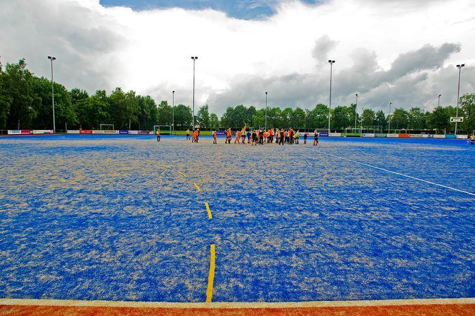 In 2012 werd het kunstgrasveld van MHC nog feestelijk in gebruik genomen. Inmiddels is de kwaliteit van het blauwe veld ronduit slecht te noemen.