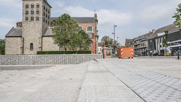 """""""Zowel vanuit de Marktstraat als de Vrijdomkaai moeten voetgangers trappen nemen om het Marktplein te bereiken. Dat is al een drempel voor oudere inwoners, maar daarnaast zijn deze op zonnige dagen soms moeilijk visueel te onderscheiden van de effen vlakken"""", zegt Vandeburie."""