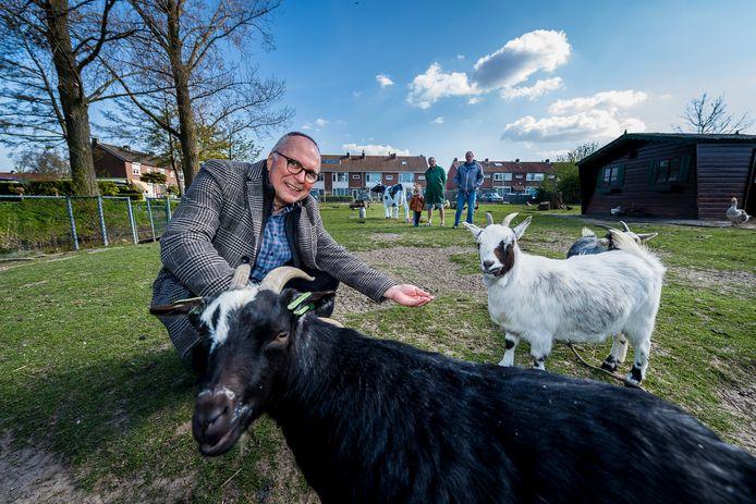 Peter Vogelsang, voorzitter van het WOP Ketensche Polder bij de dierenweide die een make-over krijgt.