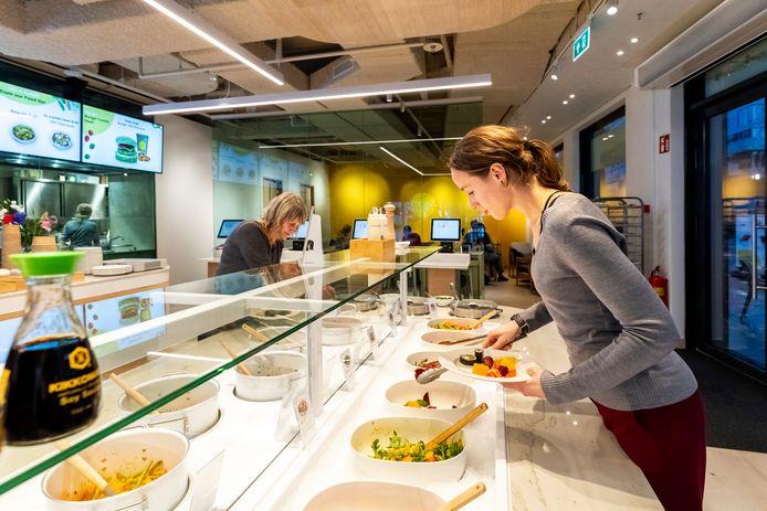 Cynthia Koning (rechts) bedient zichzelf in de Vegan Bamboo Bar in Utrecht. Op 12 februari is de officiële opening.
