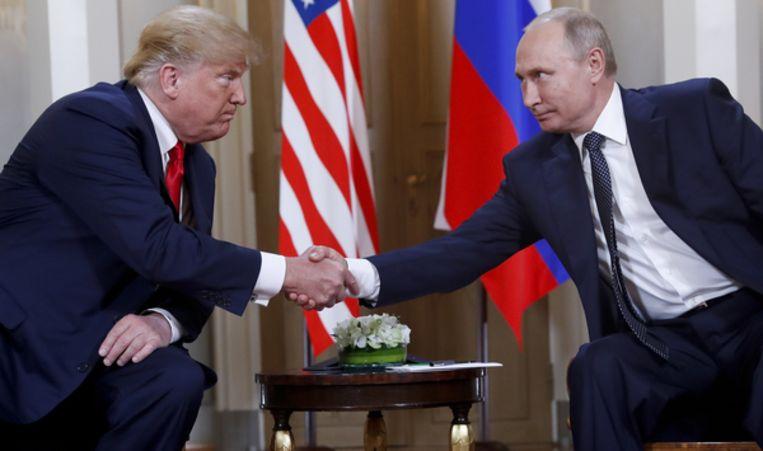 Trump en Poetin schudden elkaar de hand in Helsinki. Beeld AP