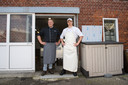 Slager Paul Linderman (links) en worstenmaker Joris Eiland voor de deur van de worstenmakerij. Vroeger was dit de kaasmakerij.