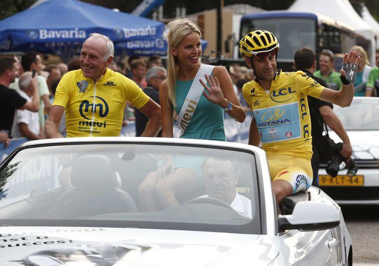 2014-07-29 20:21:47 STIPHOUT - Tourwinnaar van 1980 Joop Zoetemelk (L) en winnaar van dit jaar Vincenzo Nibali maken een ereronde tijdens de Profronde van Stiphout. ANP VINCENT JANNINK Beeld null