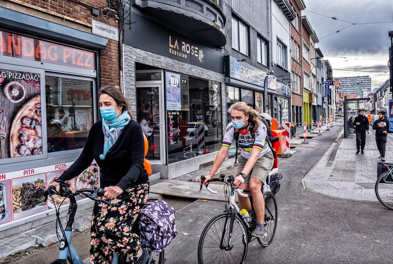 Turnhoutsebaan, Antwerpen. 'Het probleem is dat de fiets zo sterk aan het groeien is en we te traag ruimte afnemen van de auto', zegt Wout Baert  van Fietsberaad Vlaanderen  Beeld Tim Dirven