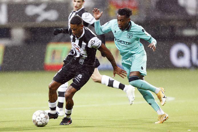 Heraclied Noah Fadiga schermt de bal af voor Willem II'er Mike Trésor.