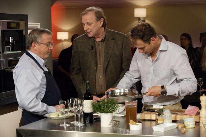 Felix Alen (midden) tijdens het VT4-programma 'Koken met een sterretje' met zijn mentor en goede vriend Felice (links) en chef-kok Wout Bru (rechts)