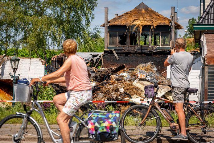 Brand heeft hotel de Blauwe Hand verwoest in Wanneperveen.