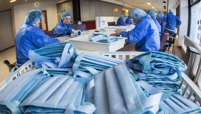 Werknemers van het Wilhelmina Ziekenhuis maken mondkapjes. De medewerker steriele hulpmiddelen Nicholas Dobbinga vond een oplossing voor het tekort aan mondkapjes.
