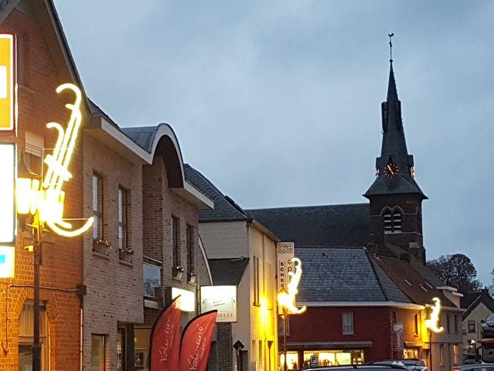 Na vier jaar hangt er opnieuw sfeerverlichting in de Zuidlaan in Zwalm.