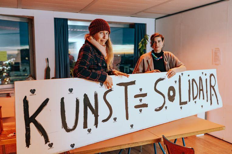 Gosie Vervloessem en Phillipine Hoegen (r.) van SOS Relief. Beeld Illias Teirlinck