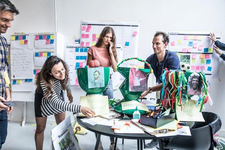 Design Thinkers Bootcamp bij Design Thinkers Academy Amsterdam. Hoe houden we het Vondelpark schoon? Deze groep ontwierp de rijdende prullenbak en mobiele app Binder om mensen te enthousiasmeren hun rommel op te ruimen. Beeld Marlena Waldthausen