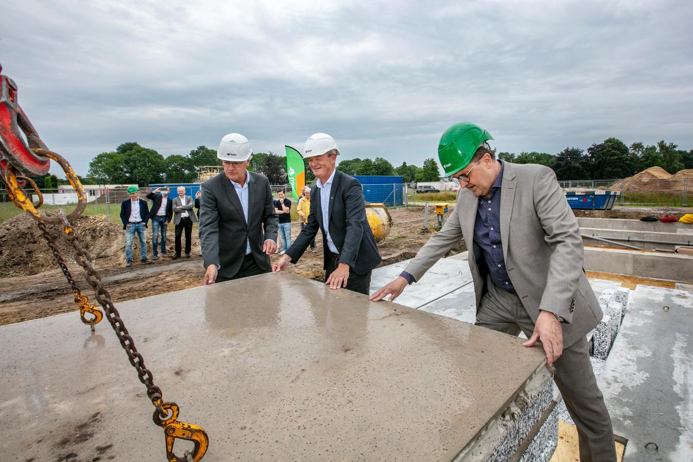 Wethouder Rien Wijdeven van Bernheze (midden) en de directeuren van toenmalige woningstichting Kleine Meierij en ontwikkelaar BAM Wonen gaven in 2018 het startsein voor de bouw van sociale huurwoningen op Rodenburg in Heeswijk-Dinther.