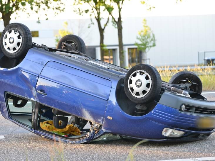 Botsing op A58 bij Rucphen: één auto tegen boom, de ander op de kop