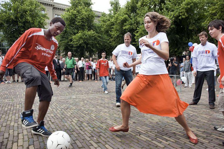 Kamerleden voetballen met Mauro (uiterst links) op het Plein in Den Haag in juni. Van links naar rechts: Hans Spekman (PvdA), Sharon Gesthuizen (SP) en Joël Voordewind (ChristenUnie). Beeld ANP