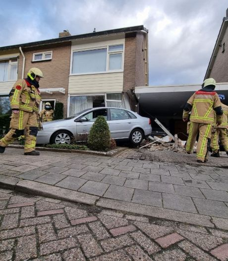 Bestuurster geeft per ongeluk 'flinke dot gas' en rijdt achteruit een Borns huis in