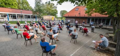 Leden TVO Beckum vergaderen in openlucht: groen licht voor hybride veld