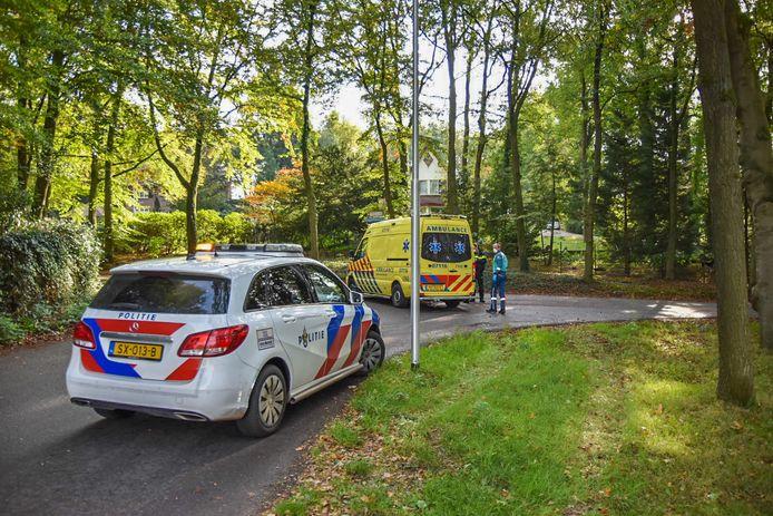 De wielrenner ging onderuit op een kruising in Heelsum en is met de ambulance naar het ziekenhuis gebracht.