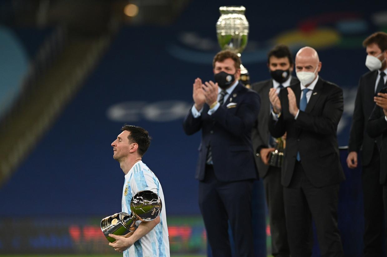 Lionel Messi wandelt weg met de trofee voor de beste speler van de afgelopen Copa América. Beeld Reporters / DPA