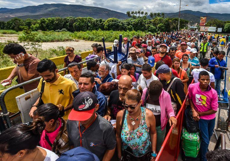 Venezolaanse dagloners trekken richting Cúcuta in Colombia via de Simon Bolívar-brug. Dagelijks zijn het er zo'n 25.000. Beeld AFP