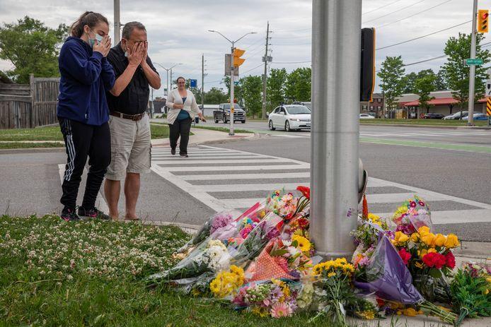 Mensen betuigen hun steun op de plek van de aanslag.