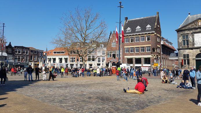 Het publiek geniet in de zon van het onverwachte optreden van Van Dik Hout.