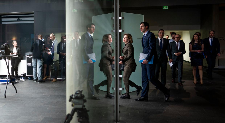 Ministers Wopke Hoekstra van Financiën en Cora van Nieuwenhuizen van Infrastructuur en Waterstaat voor aanvang van een persconferentie na de aankoop van aandelen Air France-KLM. Beeld null