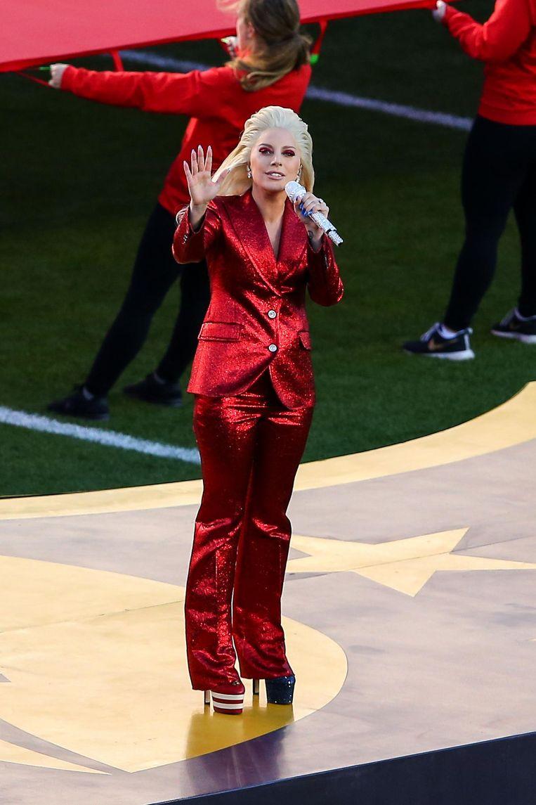 Lady Gaga in haar rode pak van Gucci tijdens de Super Bowl in februari Beeld Getty Images