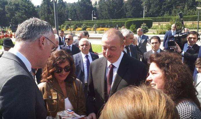 Burgemeester Hans Janssen van Oisterwijk (links) was in 2019 in Azerbeidzjan voor de opening van het museum over Mamed Mamedov. Hij ontmoette daar ook president Alijev (midden).
