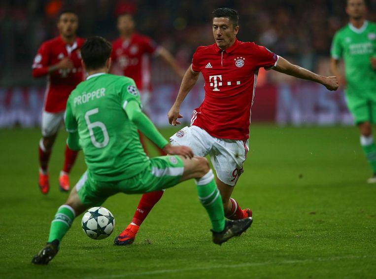 Davy Pröpper gaat voor de bal in duel met Bayern-spits Robert Lewandowski. Beeld reuters
