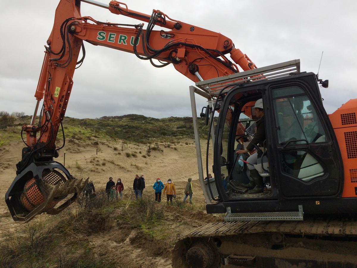 Minister Zuhal Demir gaat met de kraan aan de slag om de 'Sahara van De Panne' te helpen herstellen.