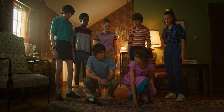 Mike (uiterst links, een rol van Finn Wolfhard) en enkele andere castleden in het derde seizoen van 'Stranger Things'. Beeld Netflix