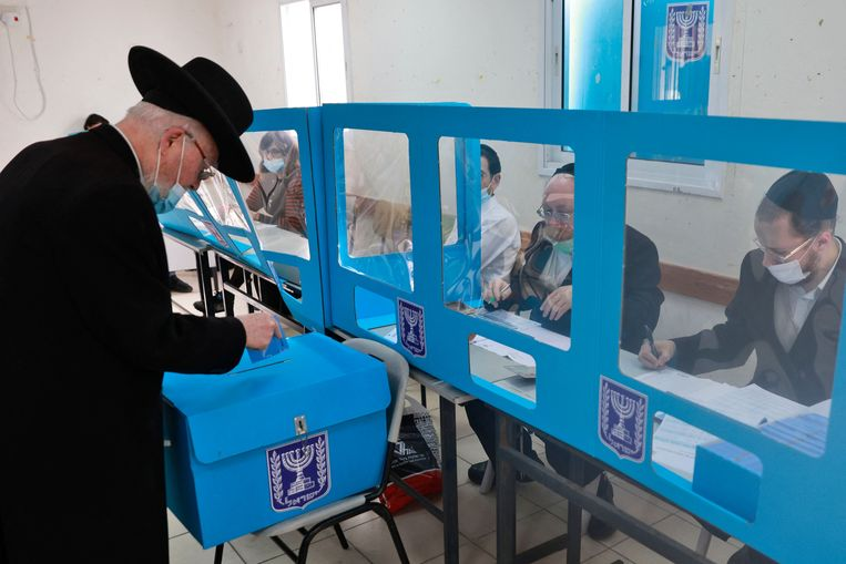 Orthodoxe Joden gaan vandaag in de plaats Bnei Brak naar de stembus.    Beeld Menahem Kahana/AFP